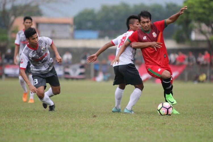 Pemain Persibat Batang (merah) mencoba melewati hadangan dua pemain Persibangga Purbalingga dalam laga perdana Liga 2 di Stadion Moh Sarengat, Batang, Jawa Tengah, Minggu (23/4/2017).