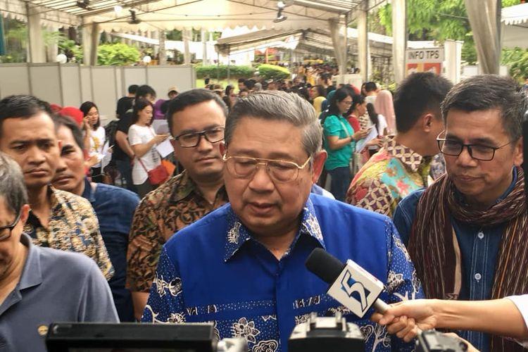 Presiden ke-6 Republik Indonesia Susilo Bambang Yudhoyono ketika diwawancarai oleh media setelah menggunakan hak pilihnya di KBRI Singapura, Minggu sore (14/4/2019). (KOMPAS.com/ERICSSEN)