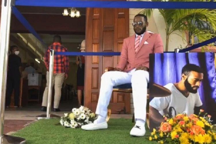 Jenazah Che Lewis duduk di depan Gereja Evangelis St John di Trinidad-Tobago. Korban pembunuhan itu ditolak untuk upacara pemakamannya sendiri karena datang dalam keadaan tidak lazim.