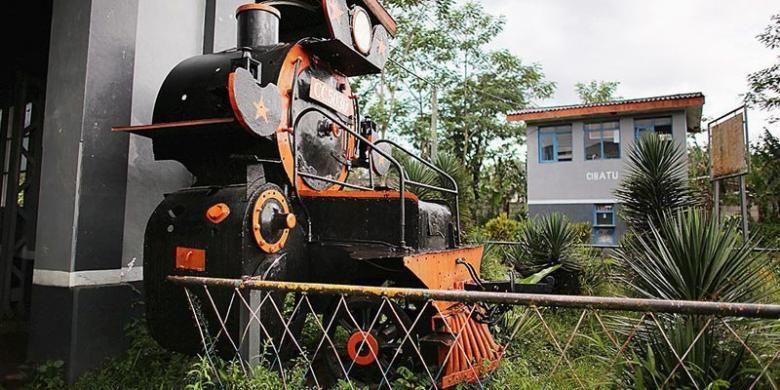 Salah satu potongan lokomotif kuno yang dipajang di depo Stasiun Cibatu, Garut, Jawa Barat, Senin (28/4/2014).
