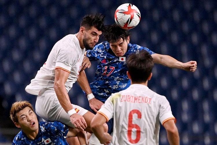Striker Spanyol Rafa Mir (putih lompat) berebut sundulan dengan gelandang Jepang Ao Tanaka (kanan) pada pertandingan semifinal sepak bola putra Olimpiade Tokyo 2020 antara Jepang vs Spanyol di Stadion Saitama pada 3 Agustus 2021.