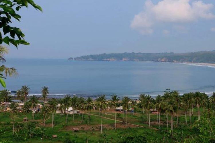 Pantai Pasir Putih difoto dari Bukit Senyum, Selasa (5/1/2016). Pantai ini menjadi salah satu spot favorit wisatawan yang berkunjung ke Sawarna.