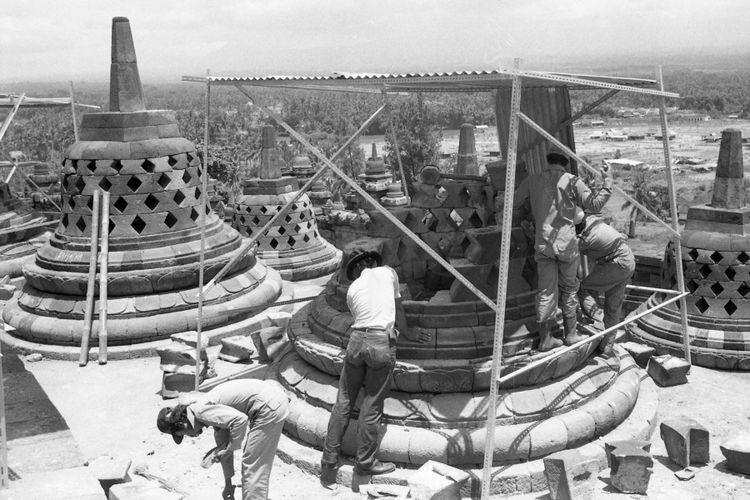 LANGSUNG DIREKONSTRUKSI -  Hanya sehari setelah ledakan bom waktu merusakkan sembilan stupa dan beberapa patung di Candi Borobudur (Jawa Tengah), para petugas purbakala langsung berusaha memperbaiki. Sesudah diteliti lebih cermat, kerusakan akibat ledakan di Borobudur bisa ditangani lebih singkat dari dugaan semula.