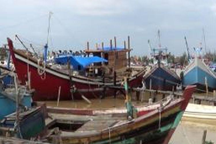 Puluhan Perahu Nelayan di TPI Lampulo Banda Aceh, terlihat diparkir di tepi pelabuhan, nelayan tidak melaut karena memperingati musibah tsunami.