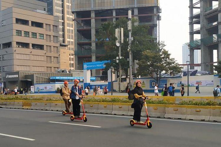 Warga tampak antusias menjajal otopet listrik di jalan MH Thamrin yang bebas kendaraan, Sabtu (22/6/2019) sore jelang acara puncak perayaan hari ulang tahun ke-492 Jakarta.