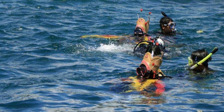 Penyelam yang menggunakan kostum Gandrung akan menari di bawah air, Rabu (4/4/2018).