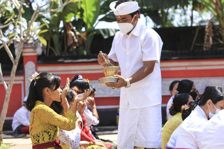 Umat Hindu melaksanakan perayaan Hari Raya Galungan yang berlangsung di Pura Agung Sriwijaya, Palembang, Sumatera Selatan, Rabu (14/4/2021).