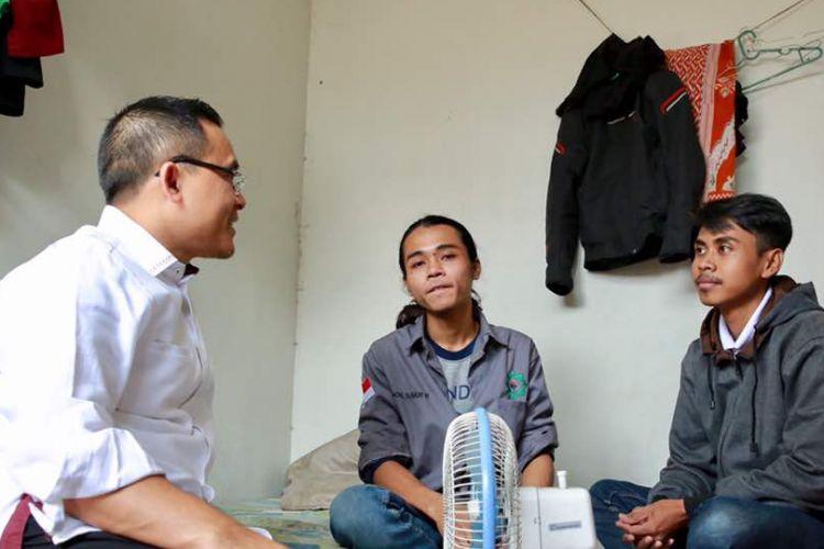 Bupati Anas mengunjungi penerima beasiswa Banyuwangi Cerdas di kamar kosnya.