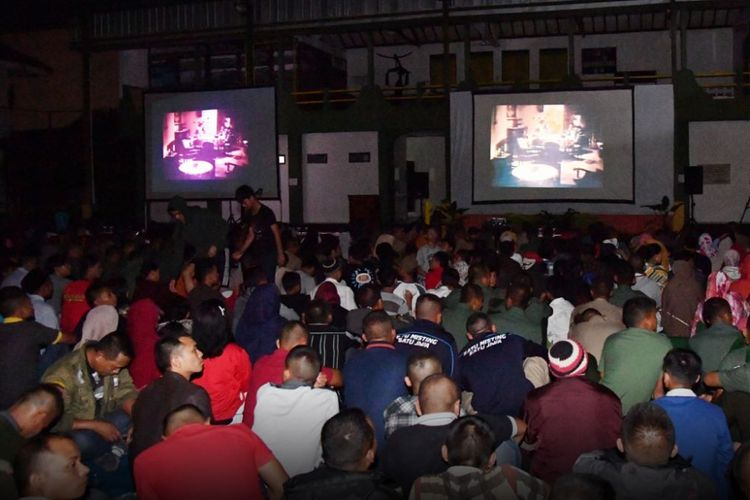 Suasana acara nonton bareng film G30S/PKI di halaman Korem 061 Suryakencana, Bogor, Jumat (29/9/2017) malam. Acara itu dihadiri Presiden Joko Widodo