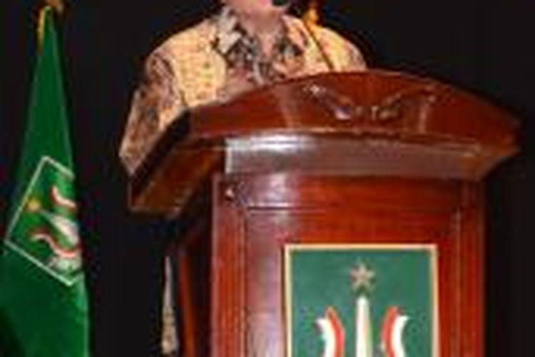 Taufik Ismail di hadapan ratusan wisudawan Universitas Nasional dan Akademi-Akademi Nasional yang menghadri wisuda Periode II Tahun Akademik 2012/2013, di Jakarta Convention Center, Minggu (6/10/2013).