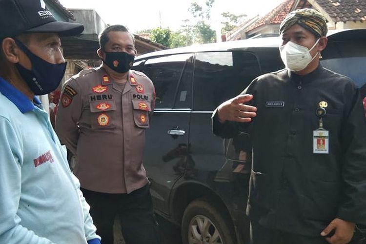 Bupati Pemalang Jawa Tengah Mukti Agung Wibowo berbincang dengan Sukendro Pemilik tanah.