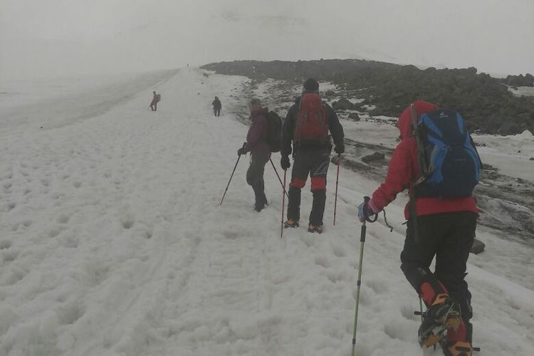 Tim pendaki melakukan aklimatisasi jalur Barrel Hut ke Pastukhov Rocks pada 14 Agustus 2017 ditemani angin kencang.