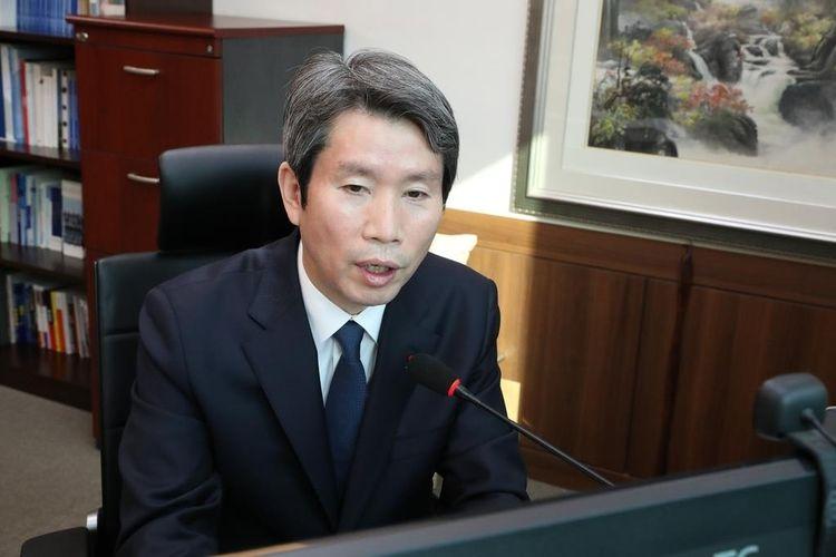 Menteri Unifikasi  Korea Selatan Lee In-young menyampaikan pidatonya untuk tahun baru pada hari Senin, foto ini disediakan oleh kementerian. Pidato tahun ini diadakan secara online karena masalah pandemi virus corona.
