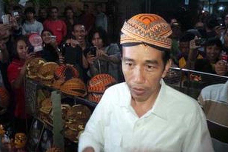Gubernur DKI Jakarta Joko Widodo saat  berkunjung ke pasar malam Ngasopuro, Solo, Jawa Tengah, Sabtu (18/5/2013).