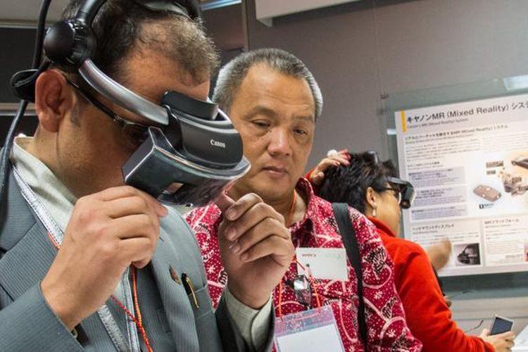Pengunjung mencoba teknologi augmented reality MREAL