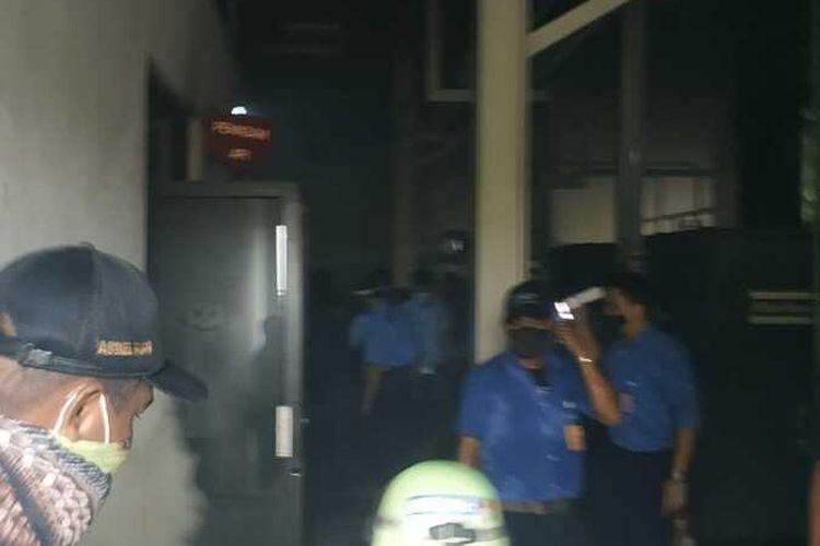 Kebakaran di ruang panel listrik di kawasan Cakung, Jakarta Timur, Senin (14/9/2020)