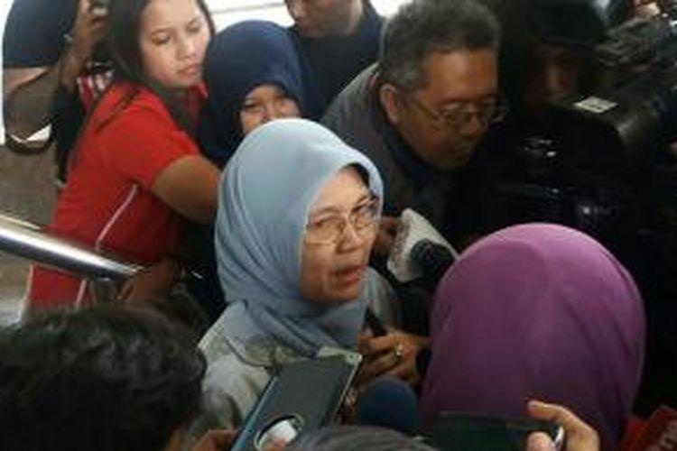 Sekretaris Jenderal DPR RI, Winantuning Tyastiti, usai pemeriksaan di Gedung Komisi Pemberantasan Korupsi, Kamis (26/11/2015)