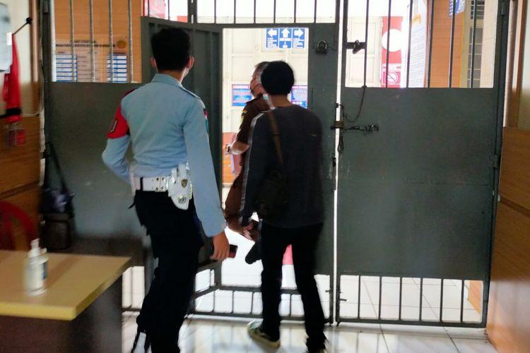 Foto-foto Asep Lutfi Suparman (23), pemilik kedai kopi kena denda PPKM Darurat yang memilih 3 hari kurungan penjara telah dijebloskan ke ruang tahanan Lapas Kelas II B Tasikmalaya mulai hari ini, Kamis (15/7/2021).