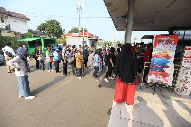 Sejumlah penumpang antre membeli tiket kertas di Stasiun Rawabuntu, Kota Tangerang Selatan, Banten, Senin (23/7/2018). Antrean panjang yang terjadi di seluruh stasiun KRL karena adanya perbaikan sistem e-ticketing yang dilakukan PT Kereta Commuter Indonesia (KCI).