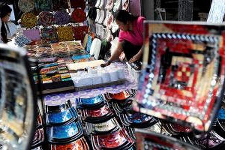 Pedagang menata kerajinan yang dijual di Pasar Ubud, Bali, beberapa waktu lalu. Ubud, sebagai salah satu kawasan yang dikunjungi banyak wisatawan asing, menjadi tempat yang potensial untuk memasarkan aneka produk kerajinan. Selain dari Bali, kerajinan yang dipasarkan di tempat ini juga dipasok dari sejumlah daerah di Pulau Jawa.
