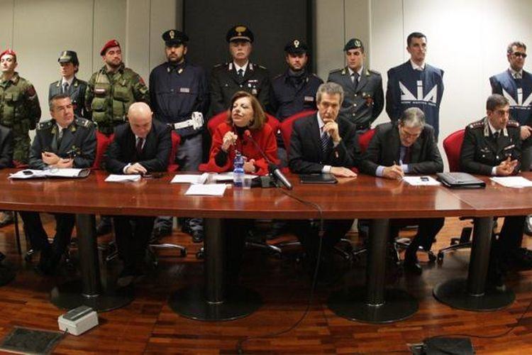 Jaksa Italia Maria Teresa Principato (tengah) memberikan keterangan dalam jumpa pers di Palermo, Sisilia, Jumat (13/12/2013), menyusul penangkapan 30 orang yang diduga terkait Matteo Messina Denaro, kepala mafia Cosa Nostra.
