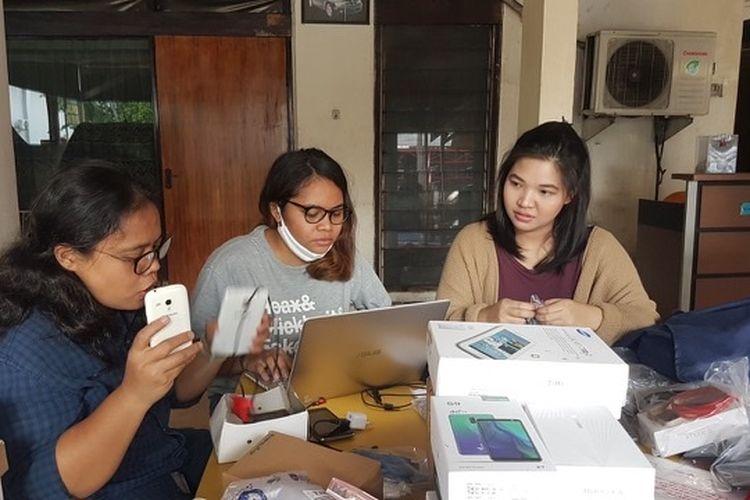 Para relawan Wartawan Lintas Media sedang bergiat mengumpulkan ponsel bekas untuk mendukung pelajar-pelajar Indonesia yang terhambat belajar karena tak punya gawai.