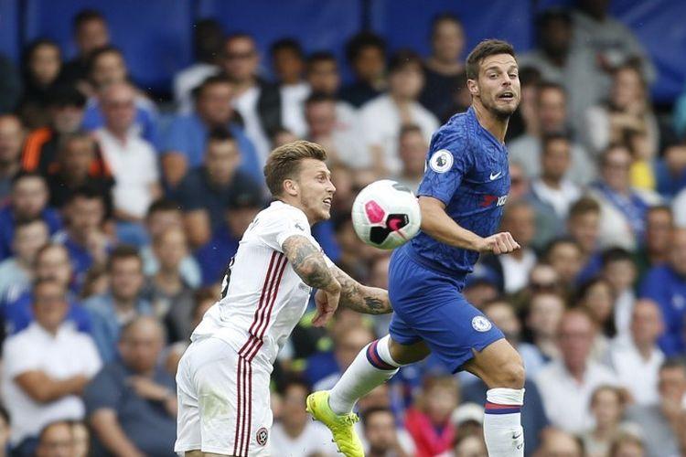 Luke Freeman dan Cesar Azpilicueta berebut bola pada pertandingan Chelsea vs Sheffield United di Stadion Stamford Bridge, 31 Agustus 2019.