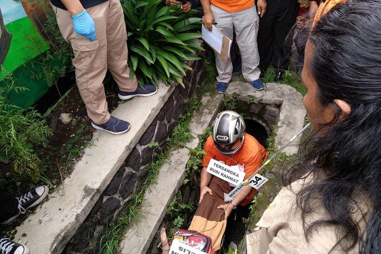 Proses rekonstruksi ayah pembunuh anak kandungnya di Tasikmalaya sampai ditemukan korban tewas di gorong-gorong digelar Satreskrim Polres Tasikmalaya Kota, Kamis (12/3/2020) kemarin.