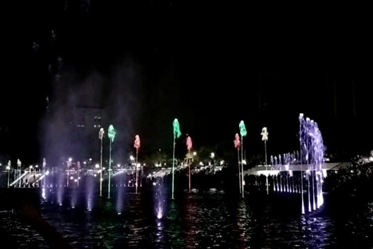 Pertunjukan air mancur menari di Lapangan Banteng, Jakarta Pusat, Sabtu (4/8/2018).