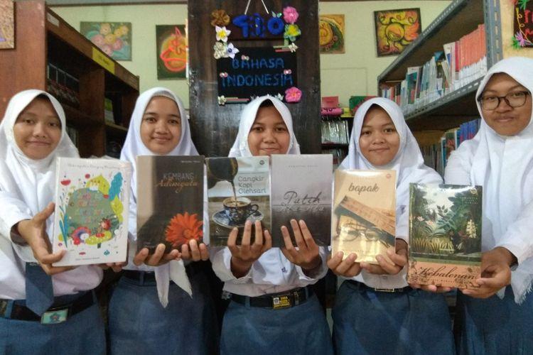 Para siswa SMAN 1 Banyuwangi dengan buku-buku karyanya.