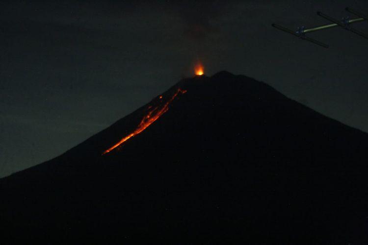 Aktivitas Gunung Semeru pada 27 Februari Malam.
