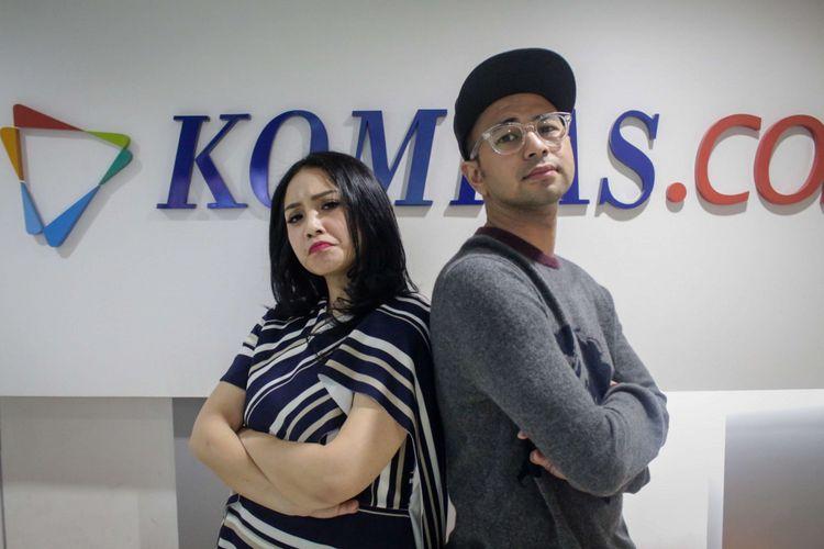 Pasangan artis Raffi Ahmad dan Nagita Slavina berpose usai wawancara promo film The Secret di redaksi Kompas.com, Palmerah Selatan, Jakarta, Rabu (18/4/2018). Film yang bergenre horor tersebut akan tayang pada 26 April 2018.
