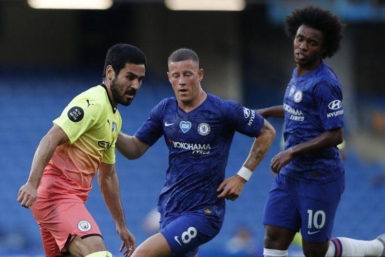 Ilkay Guendogan (kiri) berduel dengan Ross Barkley (tengah) pada laga Chelsea vs Man City di Stadion Stamford Bridge dalam lanjutan pekan ke-31 Premier League, kasta teratas Liga Inggris, Kamis (25 Juni 2020).