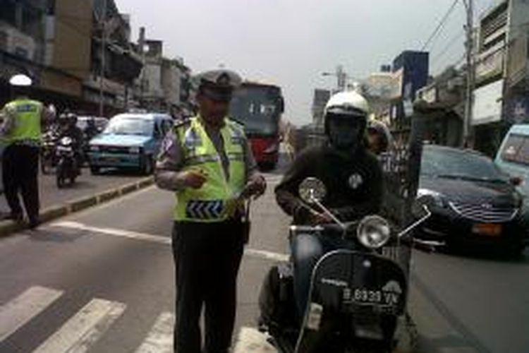 Polisi melakukan razia sterilisasi Jalur Transjakarta di Jalan Jatinegara Barat, Jakarta, Jumat (1/11/2013).