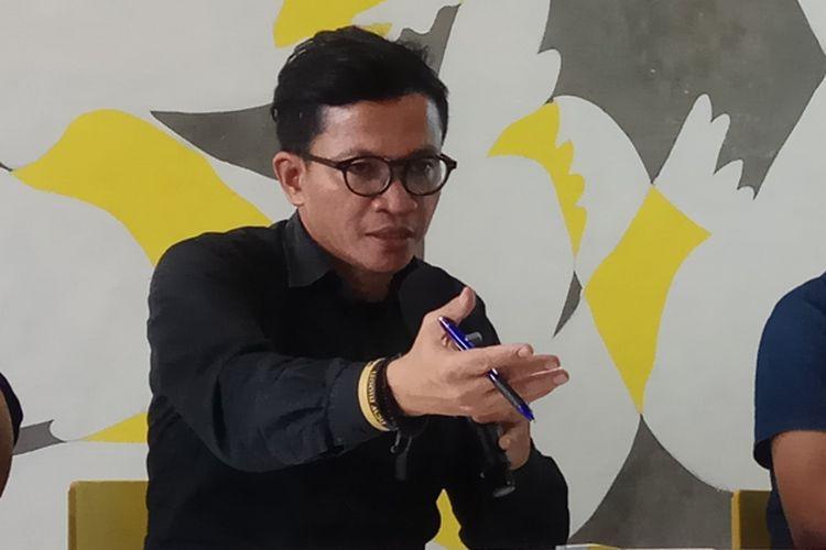 Direktur Amnesty Internasional Indonesia, Usman Hamid (kiri), saat ditemui di kantornya, Jakarta, Jumat (20/10/2017).