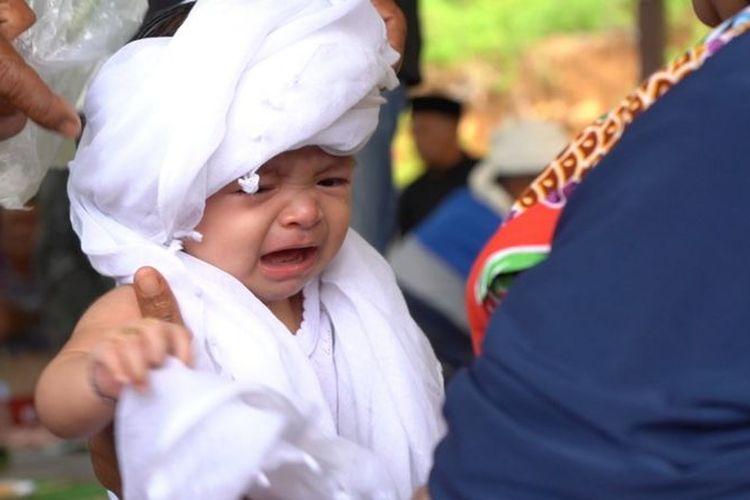 Di area makam banyak pelayat sengaja membawa bayi mereka untuk dimandikan karena kepercayaan menyehatkan