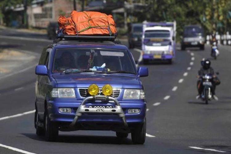 Ilustrasi: Arus Mudik di Jalur Selatan - Pemudik melintas di Jalan Wates KM 12, Sedayu, Bantul, DI Yogyakarta, yang merupakan bagian dari jalur selatan Pulau Jawa, Senin (13/8/2012).