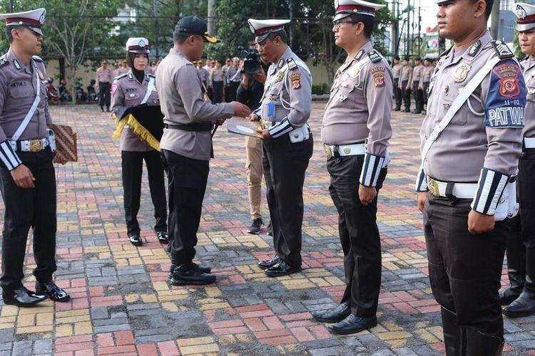 Kapolres Tasikmalaya Kota AKBP Anom Karibianto memberikan penghargaan kepada 7 Anggota Satuan Lalu Lintas yang berhasil menangkap jambret kebut-kebutan di Jalan raya, Jumat (17/1/2020).