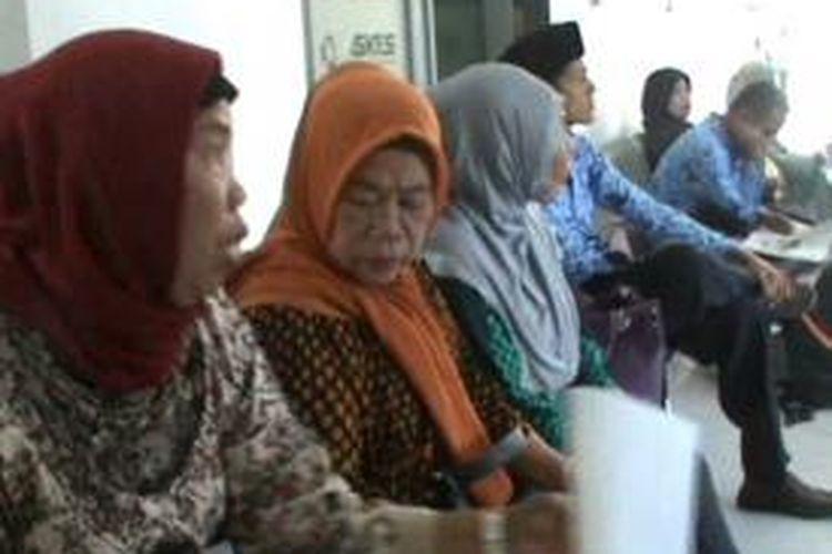 Agar bisa mendapatkan pelayanan kesehatan, warga dan pegawai di Polewali Mandar, Sulawesi Barat ramai-ramai mengurus keperluan asuransi di kantor BPJS Polewali Mandar, Sulawesi Barat, Jumat (3/1/2014).