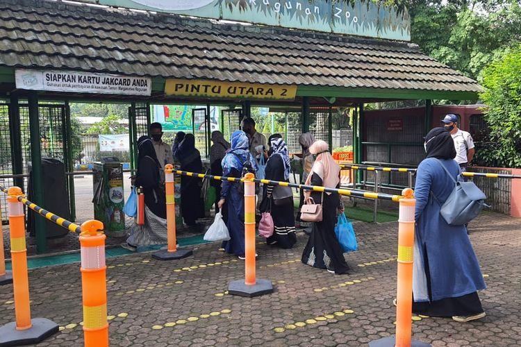 Pengunjung Taman Margasatwa Ragunan, Jakarta Selatan.