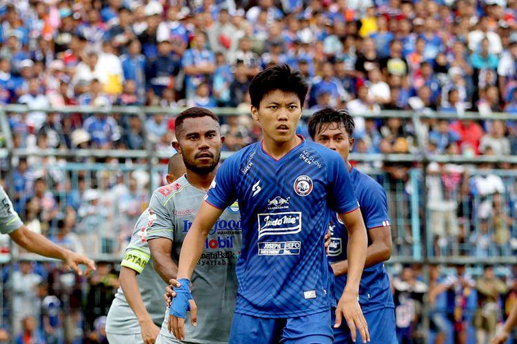 Pemain Arema FC Febri Eka dijaga ketat pemain Persib Bandung, Ardi Idrus saat pekan ketiga Liga 1 2020 yang berakhir dengan skor 1-2 di Stadion Kanjuruhan Malang, Jawa Timur, Minggu (08/03/2020) sore.