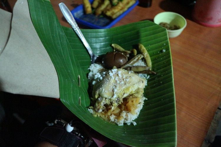 Seporsi nasi liwet dengan tambahan lauk berupa ayam kampung, telur rebus, dan ati ampela. Nasi liwet di Solo bisa ditemukan di beberapa daerah seperti Keprabon, Pasar Kliwon, Keraton Mangkunegaraan, dan juga di Laweyan.