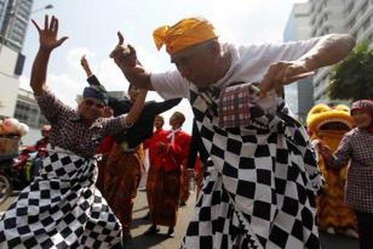 Tarian dari Bali di Karnaval Budaya Nusantara dan Festival Kebhinekaan, di Jalan MH Thamrin, Jakarta, Sabtu (23/6/2012). Acara yang menampilkan berbagai jenis budaya daerah seperti Kalimantan, Papua, Jawa, Bali dan Medan ini, diadakan untuk menyambut Ulang Tahun ke-485 kota Jakarta.