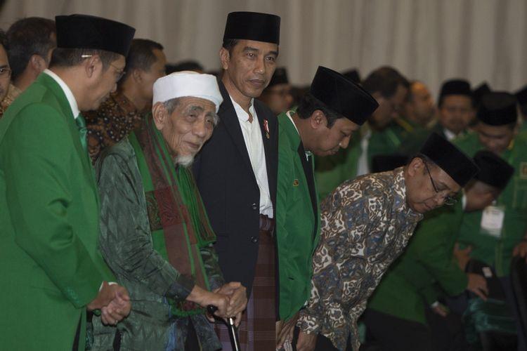 Presiden Joko Widodo (ketiga kiri) bersama Ketua Majelis Syariah PPP Maimun Zubair (kedua kiri), Ketua Majelis Pakar PPP Lukman Hakim Saifuddin (kiri), dan Ketum PPP Romahurmuziy (keempat kiri) dan tamu undangan lainnya mengikuti rangkaian acara penutupan Musyawarah Kerja Nasional (Mukernas) II Bimtek Anggota DPRD Partai Persatuan Pembangunan di kawasan Ancol, Jakarta, Jumat (21/7/2017). Mukernas II PPP memutuskan mencalonkan Presiden Joko Widodo pada Pemilu Presiden 2019.