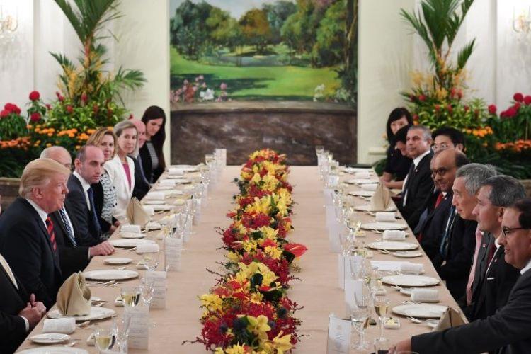 Presiden AS Donald Trump  dan delegasinya makan siang bersama Perdana Menteri Singapura Lee Hsien Loong dan timnya di Istana, kediaman resmi perdana menteri, Senin (11/6/2018). (AFP/Saul Loeb)