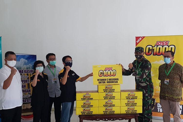 Penyerahan bantuan satu juta vitamin C secara simbolis di Rumah Sakit Darurat (RSD) Wisma Atlet Kemayoran, Jakarta, Jumat (29/5/2020).