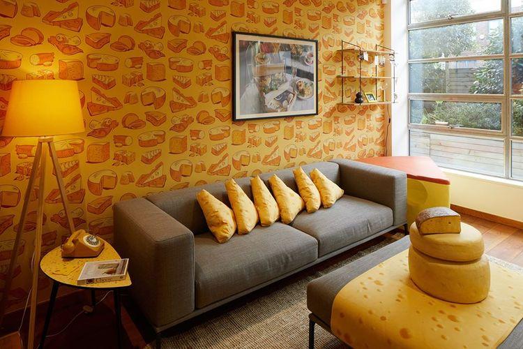 Ruang tamu dari kamar hotel tema keju Cheese Suite di Camden, London.