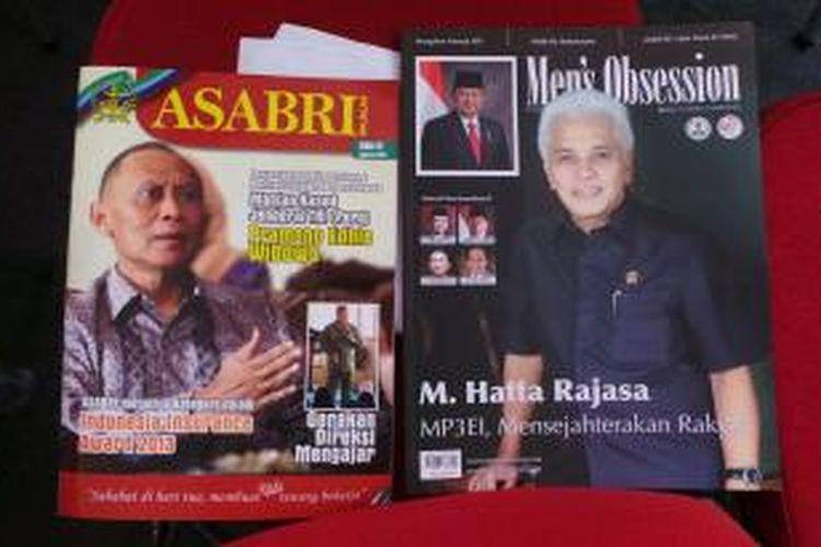Dua majalah, masing-masing bergambar sampul foto Menteri Koordinator Bidang Perekonomian Hatta Rajasa dan mantan Kepala Staf TNI Angkatan Darat Pramono Edhie Wibowo, menjadi suvenir pada Upacara Peringatan HUT ke-68 RI di Istana Negara, Jakarta, Sabtu (17/8/2013).