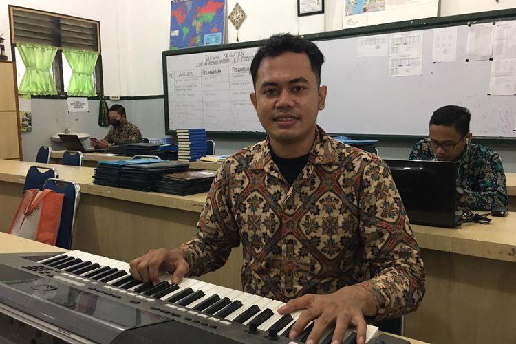 Tri Adinata, guru seni musik di sekolah swasta Al Azhar Medan yang viral karena cara mengajarnya yang asyik dan energik.