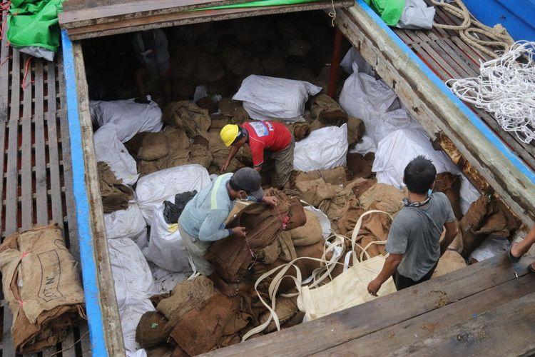 Penyelundupan ratusan koli ballpress atau pakaian bekas dan ribuan roll tekstil impor berhasil digagalkan Kanwil Bea Cukai Jateng-DIY.